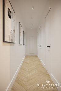 Nowoczesny hol z ukrytymi drzwiami